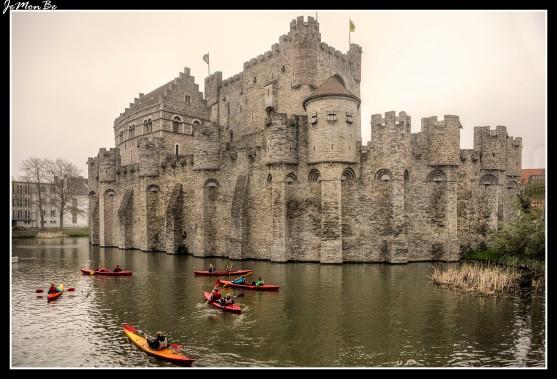 El Castillo de los Conde de Flandes (también conocido como Castillo de Gravensteen). Se erige en Gante, sobre el río Lys, con un foso a su alrededor, lo que facilitaba su defensa. Comenzó a construirse en el siglo IX y sufrió sucesivas ampliaciones, además de residencia para la nobleza, ejerció como Casa de la Moneda y cárcel municipal. En los siglos XVII y XVIII fue reconvertido en fábrica textil por los industriales de la ciudad, llegando a albergar las viviendas de los obreros en su interior, esto contribuyó a su progresiva degradación.
