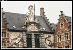 Este histórico edificio, situado en Sint-Veerleplein, frente al Castillo de los Condes de Flandes, alberga la oficina de información turística era una antigua Lonja del Pescado (Oude Vismijn) luce una imponente portada barroca delimitada por columnas jónicas, rematada por la estatua de Neptuno sobre una concha tirada por dos caballos alados que simbolizan el mar. Se dice que vigila las estatuas alegóricas de los ríos ganteses situadas justo debajo de él: el Escalda (figura masculina) y el Lys (la femenina). El edificio data del siglo XVII y fue diseñado por Adriaan Van der Linden.