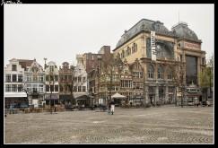 La Vrijdagmarkt y su entorno inmediato merecen una visita y disfrutar de una cerveza regional en una de las acogedoras cervecerías, como el Dulle Griet, un local difícil de olvidar, con su peculiar ritual de dejar el zapato en prenda por el vaso. ¡Descubra usted mismo cómo funciona! Con tal que el vaso no se le caiga… ;-) La historia de la Vrijdagmarkt está llena de luces y de alguna sombra. A lo largo de los siglos este ha sido un lugar de celebración de fiestas y de recepción solemne de soberanos en sus entradas triunfales y de ejecuciones. La Toreken (el edificio de la torrecilla), que ya estaba aquí en el siglo XV, es casi la única construcción que aún fue testimonio de tales prácticas. El resto se construyó en el siglo XIX o más tarde, como la imponente Casa del Pueblo socialista (la de la inscripción Bond Moyson en la fachada), de principios del XX.