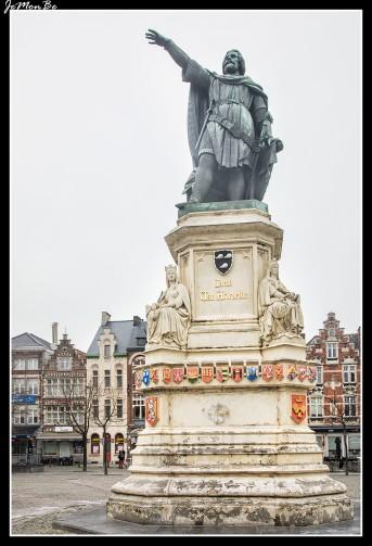 Ahí está Artevelde, señalando con el brazo hacia Inglaterra desde el centro de la plaza Vrijdagmarkt.