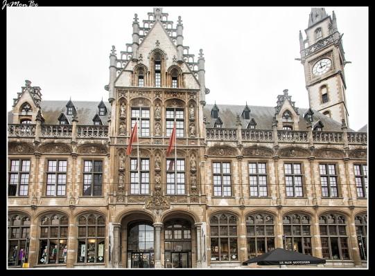 La antigua oficina de Correos, que ahora es un centro comercial. El edificio es de estilos gótico y renacentista.