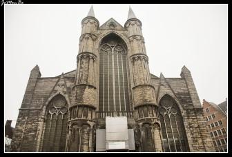 La iglesia de San Nicolás es uno de los monumentos más antiguos de Gante. Su construcción se inició a principios del siglo XIII, de estilo gótico tournaisino propio de la zona del Escalda. Las características de este estilo local es el uso de la piedra azul-gris de la zona de Tournai, la existencia de un campanario o linterna sobre el crucero, y unas pequeñas torres de cubierta cónica en las esquinas del edificio. Construida en el centro comercial histórico de Gante, cerca de la bulliciosa Korenmarkt (mercado de trigo), la iglesia de San Nicolás fue popular entre los gremios de comerciantes, cuyos miembros llevaban a cabo sus negocios en las proximidades. Estos gremios construyeron sus propias capillas que se añadieron a la iglesia entre los siglos XIV y XV.