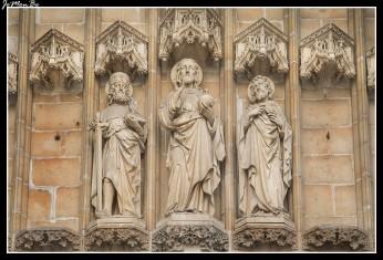 La Catedral de San Bavón (Sint-Baafskathedraal) fue levantada sobre las ruinas de la antigua iglesia románica de San Juan Bautista, pero del románico solo queda su cripta, pues el resto de elementos pertenecen al gótico; se construyó entre los siglos XIV y XVI El emperador Carlos V jugó un papel importante en la historia de esta catedral, pues además de ser bautizado en ella contribuyó económicamente a su construcción; no obstante, nunca llegó a verla terminada. Como elementos destacables de la catedral de San Bavón podemos mencionar la gran torre central de casi 90 metros de altura las magníficas puertas de roble el altar mayor, pero el protagonista indiscutible de la Catedral es el políptico de La Adoración del Cordero Místico, de los hermanos Van Eyck.
