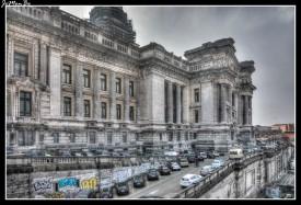 El Palacio de Justicia de Bruselas, es uno de los edificios más grandes que se pueden contemplar en Europa. Hoy en día continúa siendo la sede de los tribunales de justicia de Bélgica. Debido a su tamaño, 26.000 metros cuadrados de superficie y 104 metros de altura, y su situación, en la zona alta de Bruselas, el edificio es visible desde casi toda la ciudad. Desde la Plaza Poelaert, situada en la entrada principal del Palacio de Justicia, se obtienen las mejores vistas panorámicas de Bruselas. La construcción del edificio se llevó a cabo entre 1866 y 1883 a manos de Joseph Poelaert, para la edificación fue necesario demoler 3.000 casas. El edificio tiene dos plantas y un sótano, su vestíbulo abierto con más de 100 metros de altura es sobrecogedor, todo ello es accesible al público.