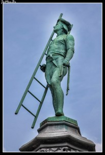 En uno de los mejores barrios de Bruselas se esconde la pequeña Place du Petit Sablon, La plaza está vallada y rodeada de 48 estatuas de bronce, que representan a cada uno de los antiguos gremios medievales (albañiles, cerveceros, escultores, pizarreros…). Destaca el monumento dedicado a los condes de Egmont y Homes, que encabezaron una revuelta religiosa contra España en el XVI, fueron ejecutados por ello en la Grand Place por orden del Duque de Alba.