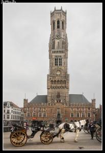 La Grote Markt es la plaza principal de Brujas, la plaza del mercado. Es el centro neurálgico de la ciudad. Al norte podemos ver las antiguas casas gremiales medievales, con sus fachadas de colores y tejados a dos aguas, que albergan numerosas cafeterías En el lado este observaremos el Palacio de la Provincia o Landhuis, un edificio neogótico que data del XIX, dedicado en su día al comercio de paños. El centro de la plaza lo preside una escultura que recuerda a los héroes Jan Breydel y Pieter De Koninck, que lucharon contra las tropas francesas en el siglo XIV. En la parte sur, en el edificio de las Hallen, se eleva el Belfort o campanario de Brujas, con sus 83 metros de altura y 366 escalones para ver Brujas en miniatura desde las alturas.