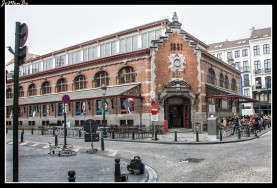 Como muchos otros barrios, Saint-Géry toma su nombre de una antigua parroquia, en este caso la de san Gaugerico de Cambrai (ca. 550-ca. 626), que fue obispo de esa ciudad de las Flandes francesas. La iglesia parroquial se encontraba en el lugar que ocupan hoy Les Halles Saint-Géry, el antiguo mercado más conocido de noche que de día. La iglesia de Saint-Géry fue destruída en 1799, bajo la ocupación francesa, y dio lugar a una plaza sobre la que se construyó el mercado casi un siglo más tarde, en la actualidad está ocupado por un buen número de cervecerías donde probar una de las 1220 marcas de cerveza que hay en Bélgica.