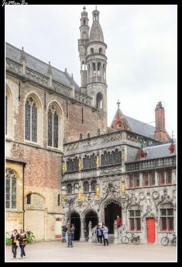 La plaza Burg era una fortaleza amurallada, que con el paso del tiempo se ha ido abriendo. En la parte sur de Burg se ubica el Stadhuis (ayuntamiento), un edificio con una fachada espectacular, construido entre los siglos XIV y XV que alberga el Gotische Zaal, un salón gótico con una impresionante bóveda de madera. En la parte este de la plaza se ubica el Brugse Vrije, el Palacio de Justicia, cuya fachada capta rápidamente la atención por sus llamativas estatuillas doradas. Y en un rincón (la reconoceremos por sus esculturas doradas) la Heilig-Bloedbasiliek o Basílica de la Santa Sangre. En realidad se trata de una doble capilla superpuesta. En la parte inferior nos encontramos con la iglesia románica de San Basilio, de 1143, y en la parte superior la basílica propiamente dicha, construcción gótica de los siglos XV y XVI.