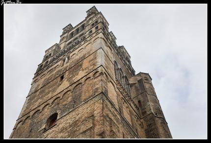 """La Catedral pertenece al nuevo estilo gótico del Escalda. La torre iniciada en el siglo XII es una flecha que destaca en toda la ciudad, coronada por un campanario neorrománico de 99 metros de altura. La iglesia está formada por 3 naves de estilo gótico. En el interior pueden verse tapices, pinturas y una reja barroca que separa el coro de la nave, coronada por una estatua realizada por Artus Quellin, el Joven, llamada """"Dios Padre""""."""