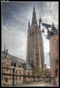 La iglesia de Nuestra Señora de Brujas, fue construida a lo largo de los siglos XIII, XIV y XV. La torre de la iglesia se construyó entre 1270 y 1340. Fue en el siglo XV cuando se le añadió la aguja superior. Desde entonces, con sus 122 metros de altura, es el edificio más alto de Brujas.