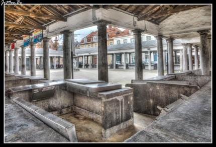 El antiguo mercado del pescado (Vismarkt) es una curiosa plaza de columnas en el centro de Brujas, hoy en día solo funciona el sábado. Esta original construcción de columnatas se realizó en 1821 cuando los pescadores fueron obligados a trasladarles aquí desde su ubicación en la plaza mayor debido al olor del pescado. La plaza está rodeada de restaurantes especializados en productos del mar.